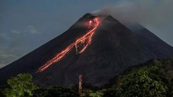 Núi lửa Indonesia phun dung nham đỏ rực