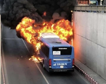 Xe buýt cháy ngùn ngụt ở hầm chui An Sương