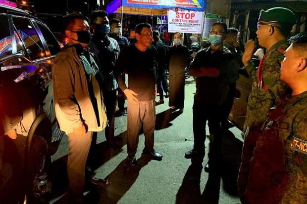 Tổng thống Philippines bất ngờ thị sát trạm kiểm dịch Covid-19 lúc 4h sáng