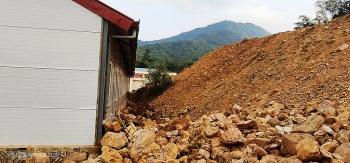 Sơ tán hơn 100 học sinh vì ngọn đồi sạt lở