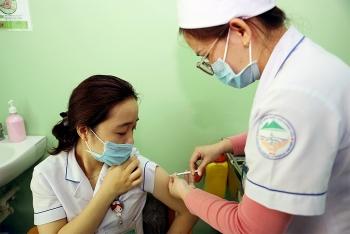 100 nhân viên y tế Khánh Hòa tiêm vaccine Covid-19