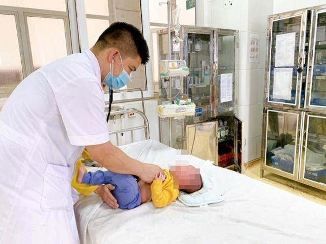 Bị người nhà rửa mũi nhầm cồn 90 độ, bé trai nhập viện khẩn cấp - 1