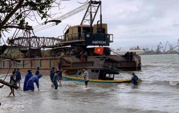 Sà lan đứt neo đâm chìm 8 tàu cá