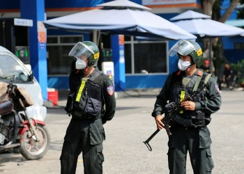 Cảnh sát vũ trang phong toả cây xăng ở Sài Gòn