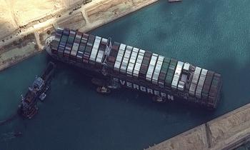 Ai Cập hoãn giải cứu tàu hàng chắn kênh Suez