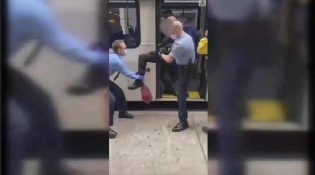 Người đàn ông ở Mỹ bị bế ra khỏi xe buýt vì không đeo khẩu trang