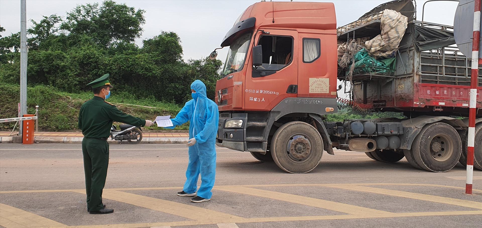 Cửa khẩu ở Quảng Ninh: Tồn đọng hàng hóa vì thiếu  lái xe trung chuyển