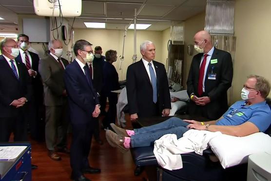 Không đeo khẩu trang khi thăm bệnh viện, Phó Tổng thống Mỹ bị chỉ trích