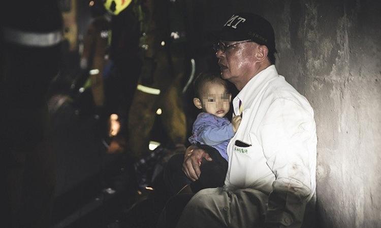 Bác sĩ vỗ về em bé trong tai nạn tàu Đài Loan