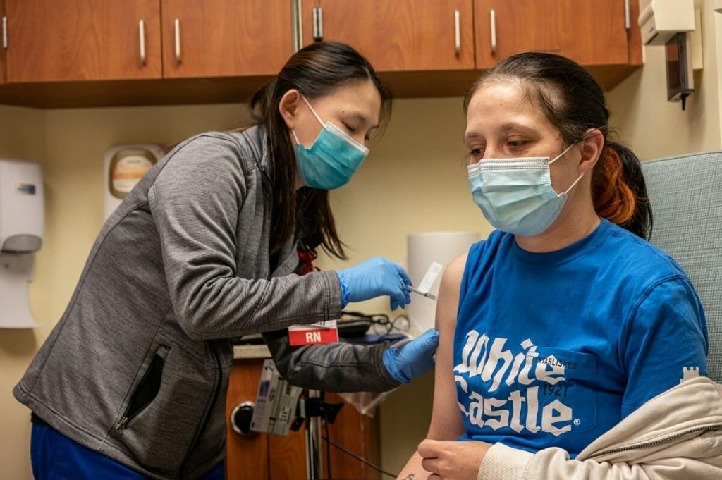 Mỹ lập kỷ lục tiêm 4 triệu liều vaccine Covid-19 một ngày - VnExpress