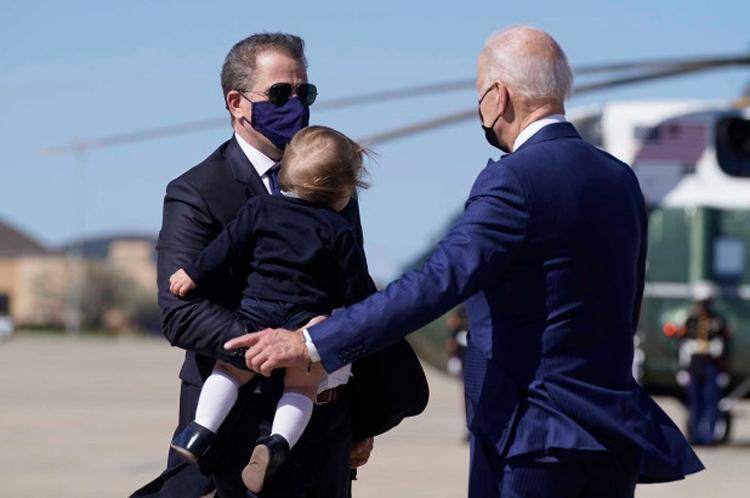 Con trai thuyết phục Biden ủng hộ mối tình với chị dâu
