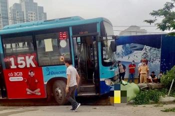 Xe buýt tông chết người đi bộ trên vỉa hè