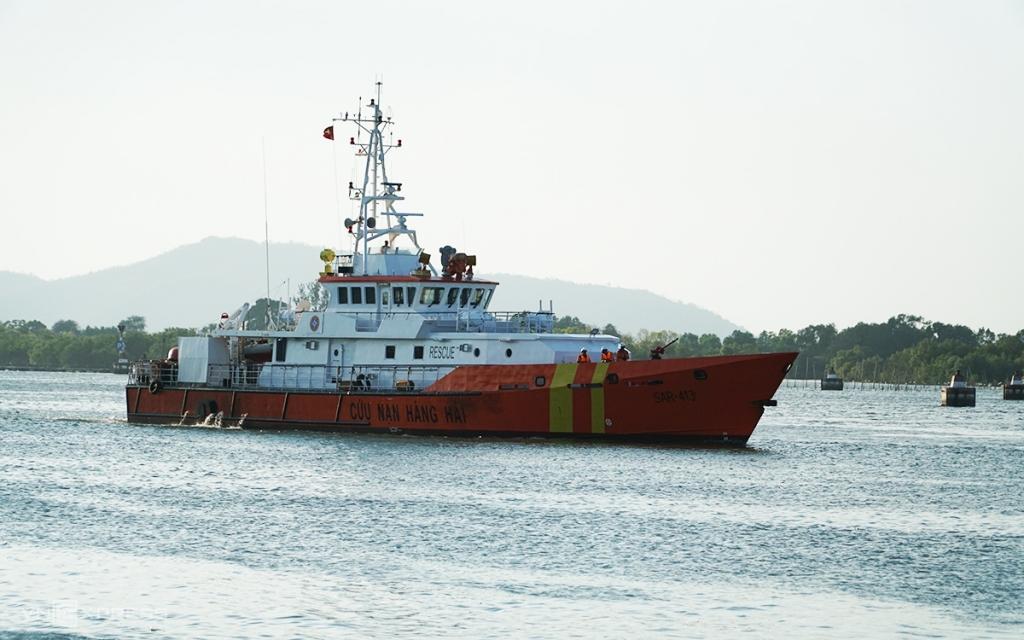 6 người được cứu sau nhiều giờ đu bám con tàu đắm