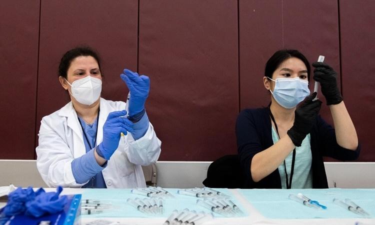 Mỹ hỗn loạn sau quyết định ngừng tiêm vaccine Johnson &Johnson