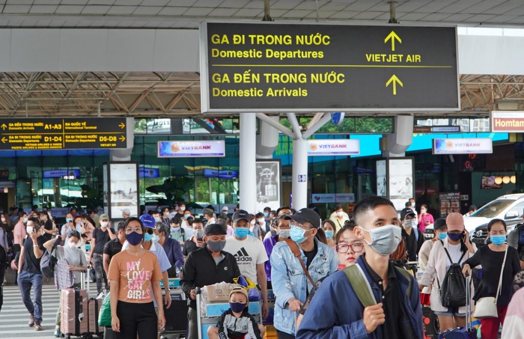 Soi chiếu ở sân bay Tân Sơn Nhất không đáp ứng khách tăng cao