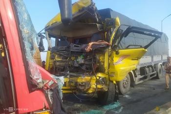 Xe khách đấu đầu xe tải, hai tài xế gặp nạn