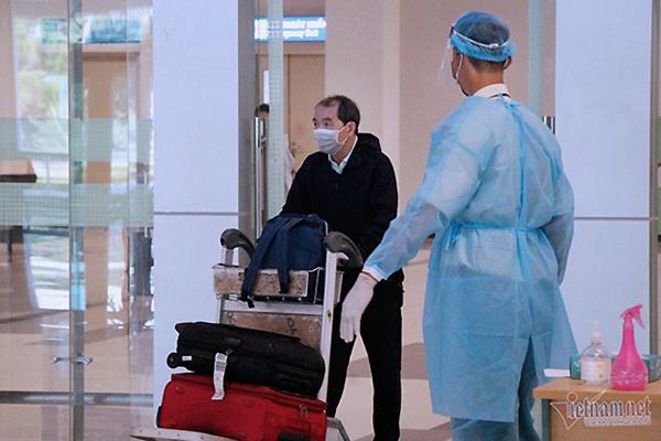 Bí thư TP.HCM gợi ý tính phí xét nghiệm vào vé máy bay của khách đến VN
