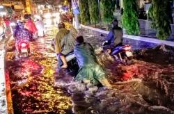 Mưa to, đường Sài Gòn thành sông do kênh thoát nước bị ngập rác