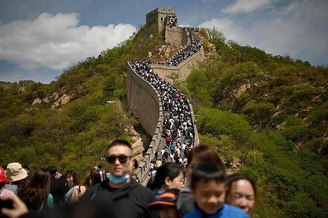 Biển người 'lấp kín' các điểm du lịch ở Trung Quốc kỳ nghỉ lễ - 1