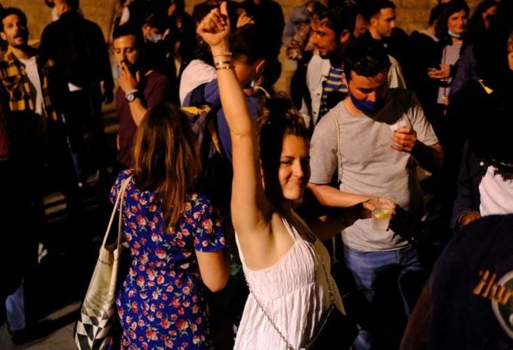 Người Tây Ban Nha đổ ra đường mừng dỡ tình trạng khẩn cấp
