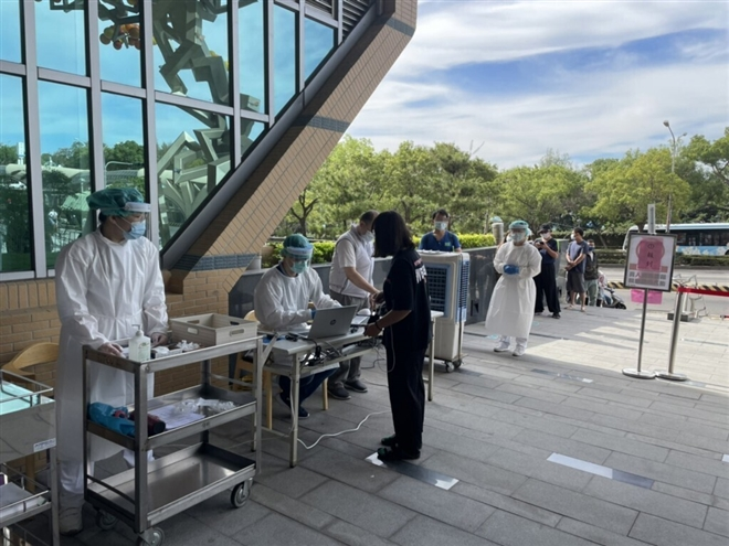 Ca COVID-19 tăng vọt, Đài Loan đề nghị Mỹ hỗ trợ vaccine - 1