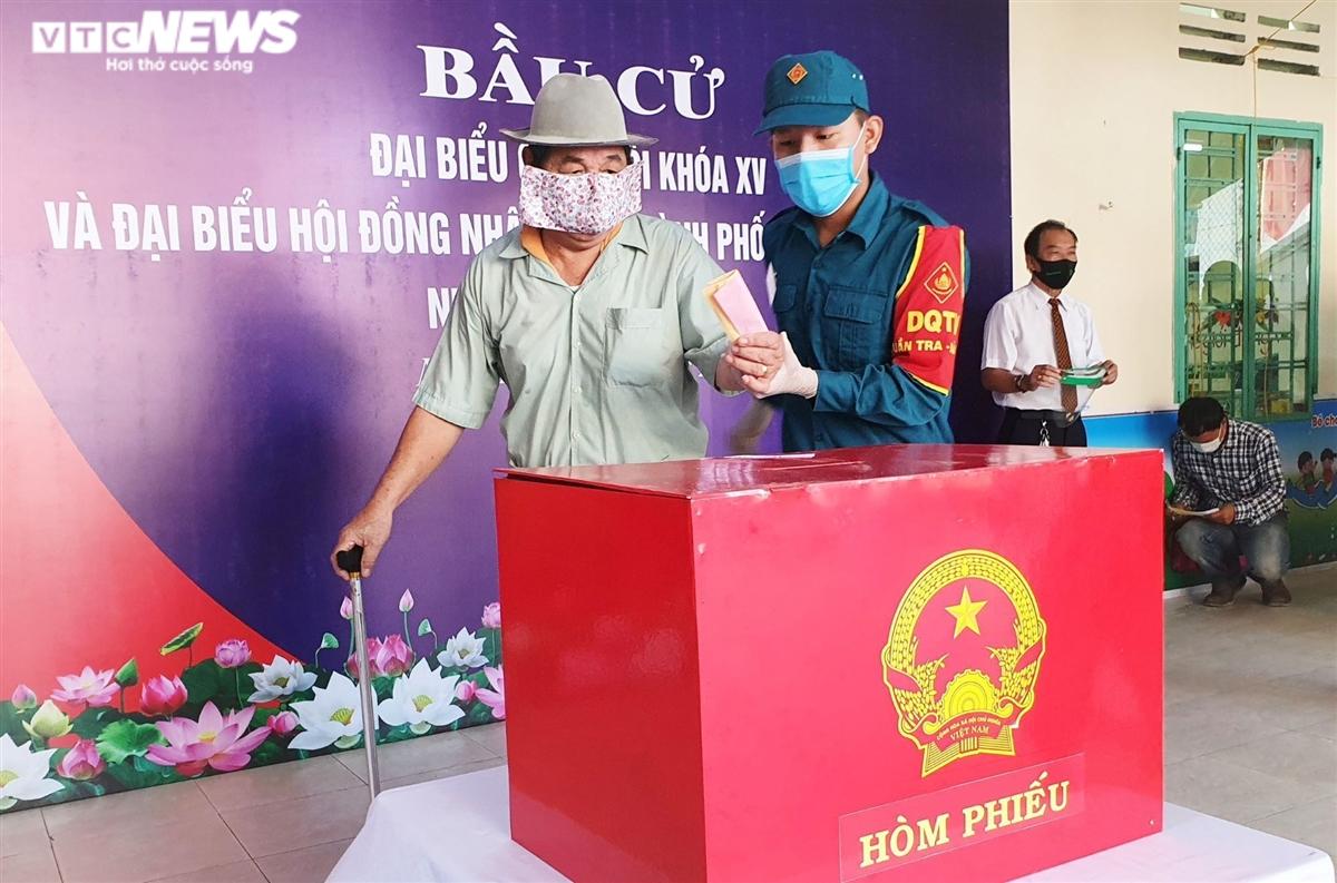 Hình ảnh đặc biệt cử tri Đà Nẵng đi bầu cử trong các khu cách ly dịch COVID-19 - 8