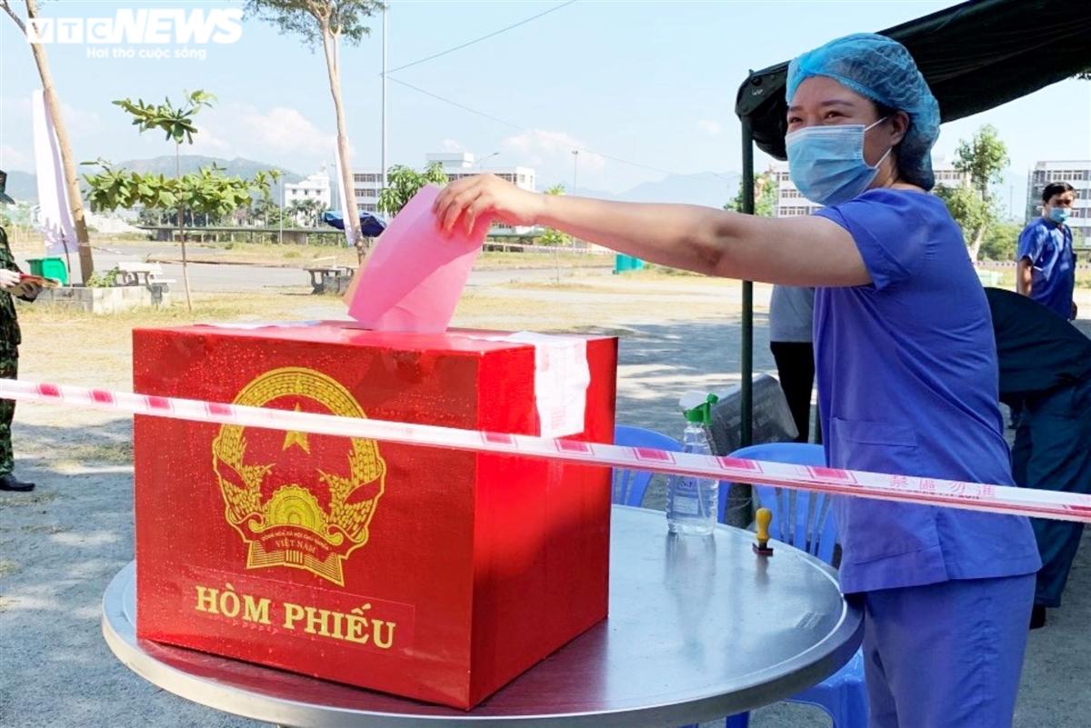 Hình ảnh đặc biệt cử tri Đà Nẵng đi bầu cử trong các khu cách ly dịch COVID-19 - 5