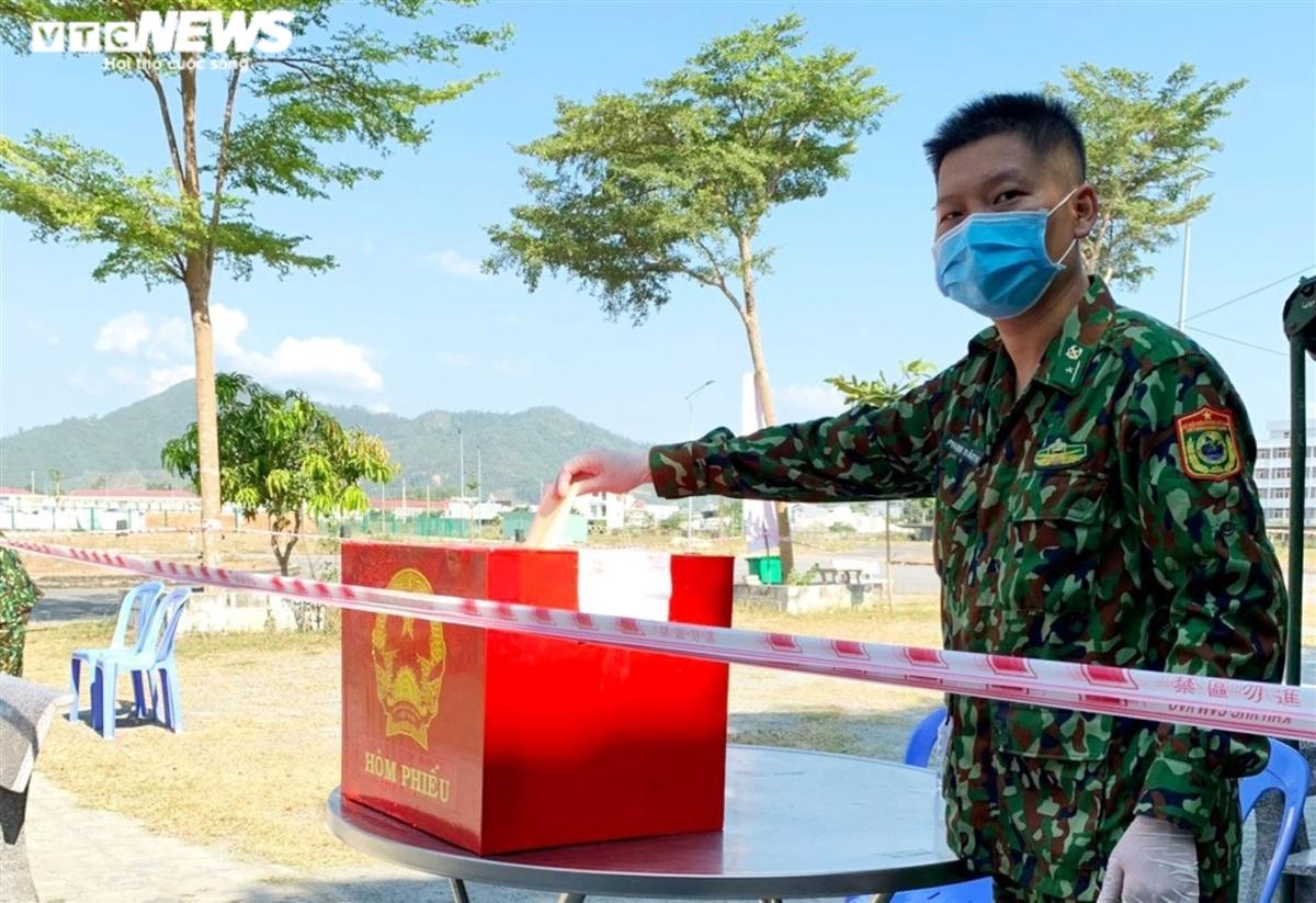 Hình ảnh đặc biệt cử tri Đà Nẵng đi bầu cử trong các khu cách ly dịch COVID-19 - 6
