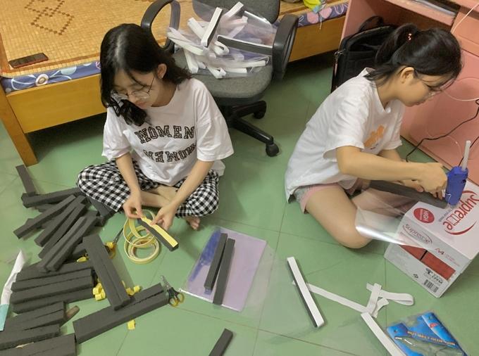 Sinh viên làm mũ chống giọt bắn ủng hộ vùng dịch