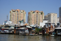 """Vì sao TPHCM """"vỡ"""" kế hoạch di dời 20.000 căn nhà ven kênh rạch?"""