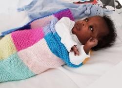 Anh: Bé trai sinh non 3 tháng chiến thắng COVID-19 sau 47 ngày điều trị
