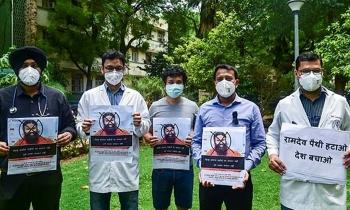 Hàng nghìn bác sĩ Ấn đòi bắt pháp sư