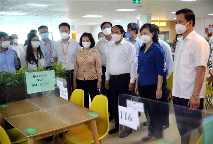 Phó Thủ tướng: Không thiếu tiền để bảo vệ sản xuất, bảo vệ sức khỏe người dân - 4