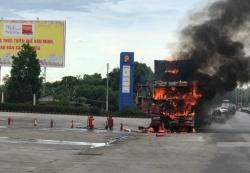 Xe đầu kéo cháy rụi bên cạnh cây xăng