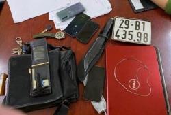 Người dân và cảnh sát bắt tên trộm mang theo dao nhọn ở Hà Nội