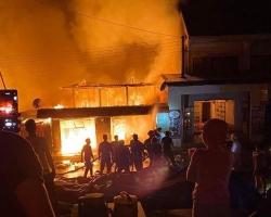 Công an chữa cháy Việt Nam sang Lào hỗ trợ dập đám cháy ở chợ Ka Rôn