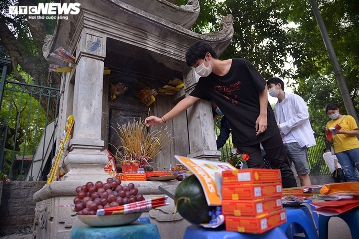 Sĩ tử khấn vái trước bia 'Hạ mã' ở Văn Miếu: Hãy xấu hổ mà thức tỉnh, đừng u mê - 2