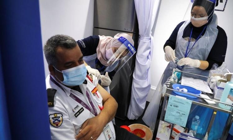 Hơn 200 nhân viên điểm tiêm chủng Malaysia nhiễm nCoV