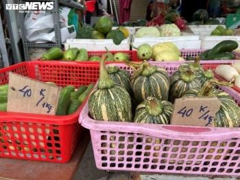 TP.HCM: Rau củ quả ở chợ mắc gấp đôi trong siêu thị, dân đã khó càng khó hơn