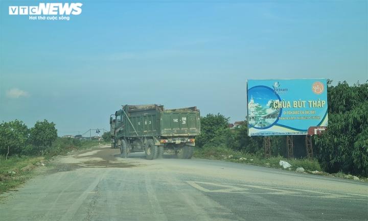 Lợi dụng dịch COVID-19, binh đoàn xe quá tải cày nát đê sông Đuống mùa mưa bão - 3