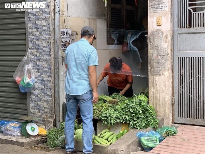 Cảnh mua bán khác lạ chưa từng có ở chợ Hà Nội  - 17