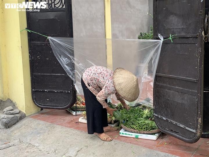 Cảnh mua bán khác lạ chưa từng có ở chợ Hà Nội  - 9