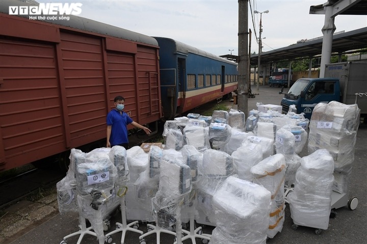 Cận cảnh toa tàu vận chuyển hơn 10 tấn trang thiết bị y tế vào TP.HCM chống dịch - 1