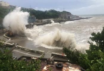 Bão Hagupit đổ bộ vào Trung Quốc gây sóng lớn, đổ sập nhà cửa