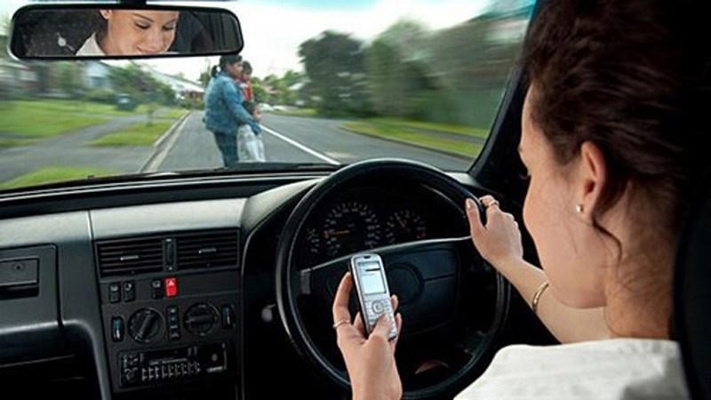 Từ năm 2020, vừa lái xe vừa dùng điện thoại bị phạt bao nhiêu tiền? - Ảnh 1