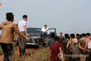 Ông Kim Jong-un đích thân lái xe thăm người dân vùng lũ lụt tại Triều Tiên
