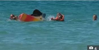 Tổng thống Bồ Đào Nha lao xuống biển cứu 2 phụ nữ bị lật thuyền