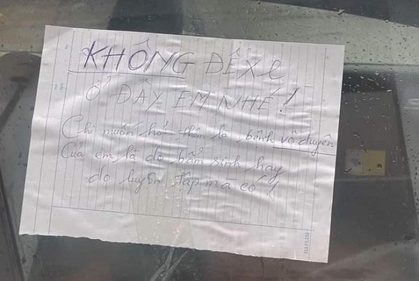 Đậu xe không đúng chỗ rồi rời đi, tài xế 'tái mặt' với dòng chữ viết trên tờ giấy dán nơi kính xe - Ảnh 2