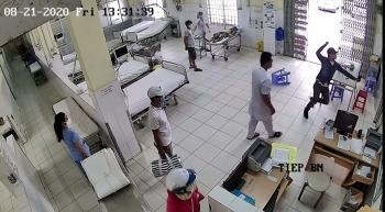 Bị nhắc đeo khẩu trang, nam thanh niên tấn công bảo vệ bệnh viện