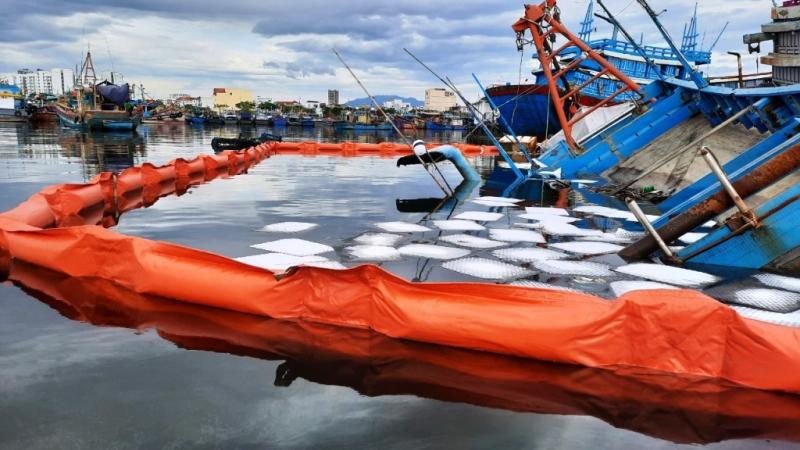 Khẩn cấp xử lý sự cố tràn dầu do chìm tàu cá tại cảng cá Thọ Quang -2